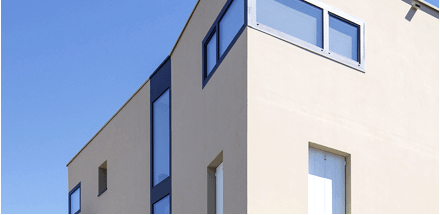 Aspect monolithique pour cet immeuble aux angles particuliers