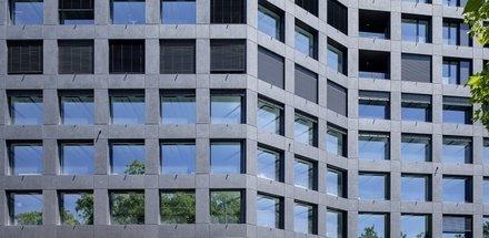L'immeuble marque l'identité du site d'une puissante simplicité avec son expression de majesté grave